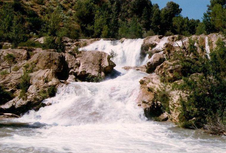 1024px-Las_Chorreras_de_Abajo_con_el_agua_crecida_01_-_Enguídanos_(Cuenca)